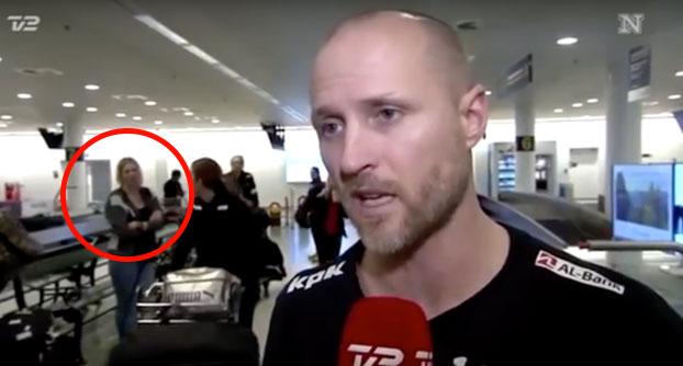 Una mujer desaparece frente a las cámaras durante una entrevista en directo(Video)